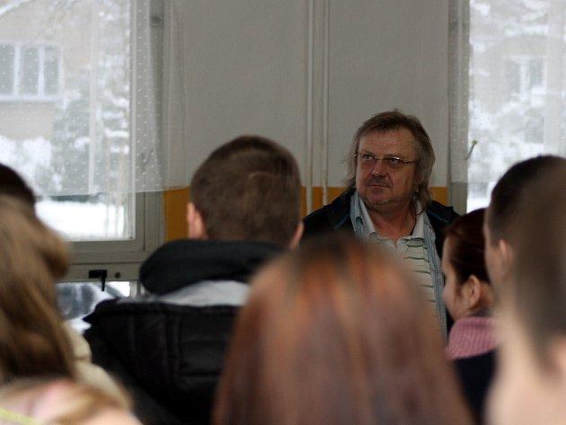 Jiří Baron vysvětluje studentům situaci.