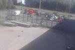 Krátce před touto událostí si měl poškozený muž od řidičky osobního motorového vozidla Škoda Fabia červené barvy zakoupit cigaretu, a to na parkovišti vedle hypermarketu.