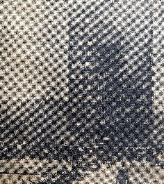 Dobový snímek ze 7.3.1987 zhašení požáru výškového domu vcentru Havířova.