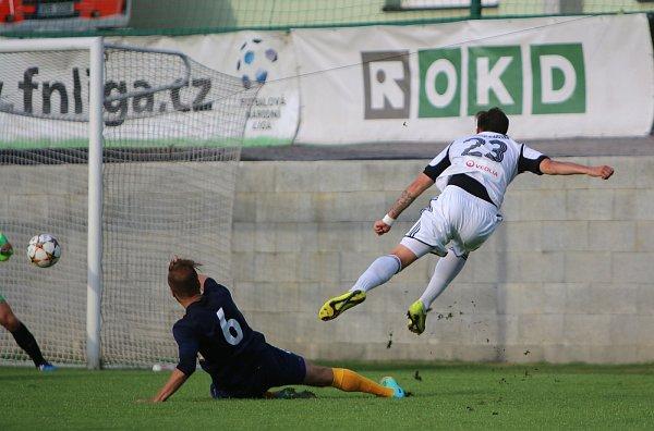 Fotbalové derby vKarviné vyznělo jasně pro domácí hráče (vbílém), kteří se radovali hned třikrát.