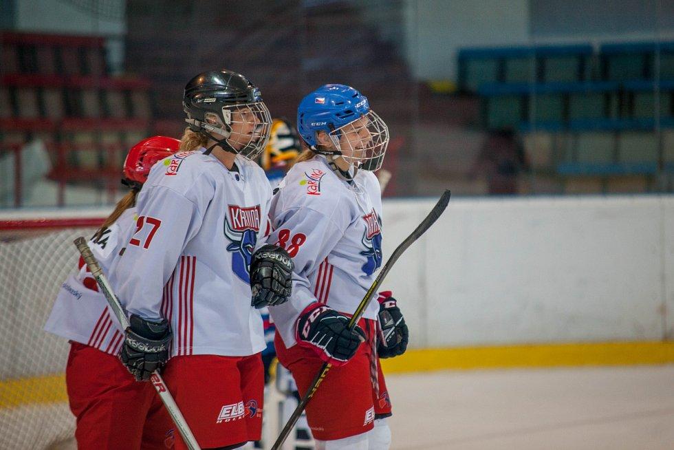 Karvinské hokejistky (v bílém) na úvod sezony rozdrtily Kladno.