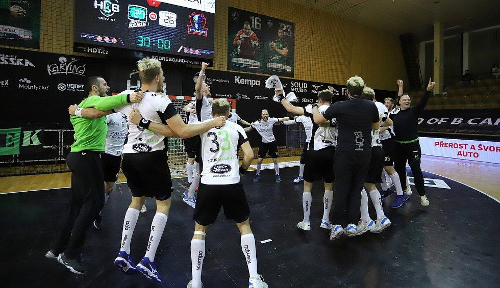 Házenkáři karvinského Baníku se radují z úvodní finálové výhry nad Plzní.