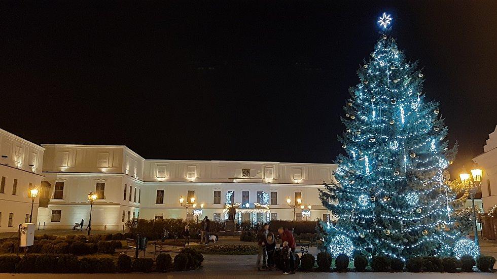 Vánoční výzdoba v Karviné. nasvětlený zámek Fryštát.