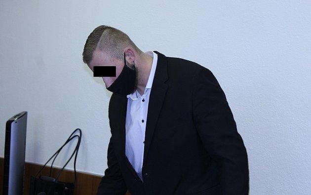 Muž (na snímku zjednání zprosince loňského roku) nakonec odešel od soudu strestem pod spodní hranicí sazby.