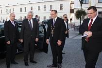 Prezidenta Miloše Zemana při příjezdu k zámku ve Fryštátě přivítal primátor Karviné Tomáš Hanzel.
