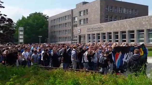 Pochod fanoušků Baníku Karvinou