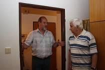 Domov seniorů Luna v Havířově. Ředitel Milan Dlábek  vysvětluje nájemníkovi, čeho se bude rekonstrukce týkat. Rozšířeny budou také dveře, aby jimi projela klasická nemocniční postel.