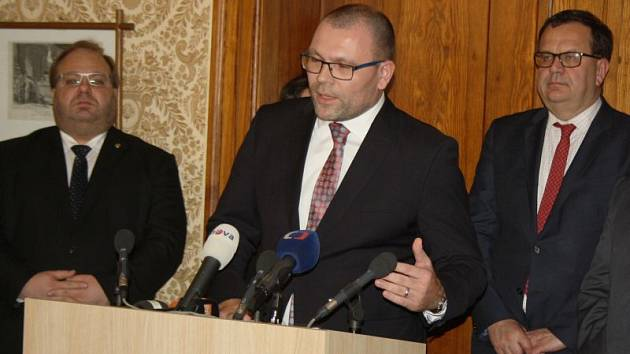 Představitelé vlády, Moravskoslezského kraje, hornických odborů i města Karviná jednali v pátek na karvinském zámku o současné krizi kolem důlní společnosti OKD. Po jednání následovala tisková konference.