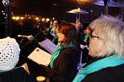Česko zpívá koledy v havířovském vánočním městečku se ženským pěveckým sborem Canticorum.