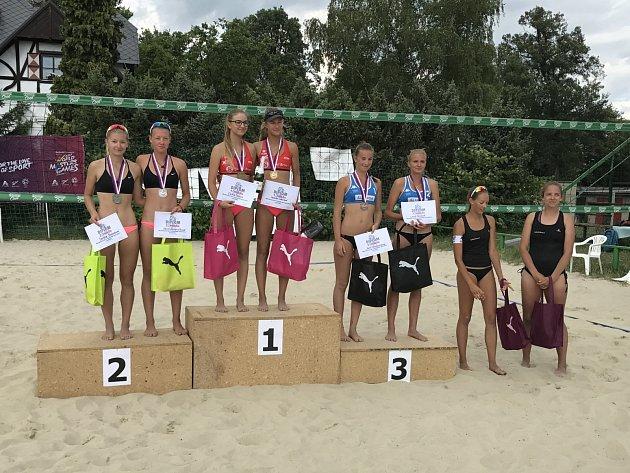 Šarlota Svobodová a Karin Žolnerčíková (vlevo), stříbrné z domácího mistrovství.