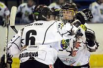 Karvinské hokejistky se radují z postupu do finále.