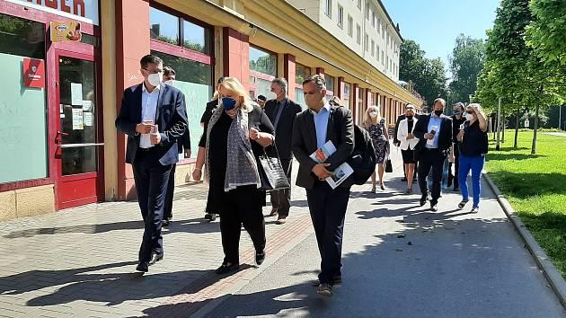 Karviná, návštěva ministryně  pro místní rozvoj Kláry Dostálové (ANO), 10. června 2021. Záběr z procházky po náměstí Budovatelů vlevo primátor Karviné Jan Wolf, vpravo generální ředitel společnosti Heimstaden Jan Rafaj.