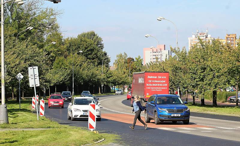 Dvě problémová místa na třídě 17. listopadu - přechod pro chodce u Vydmuchova a u hypermarketu Tesco. V budoucnu by tam měly bezpečné přecházení měly hlídat semafory.
