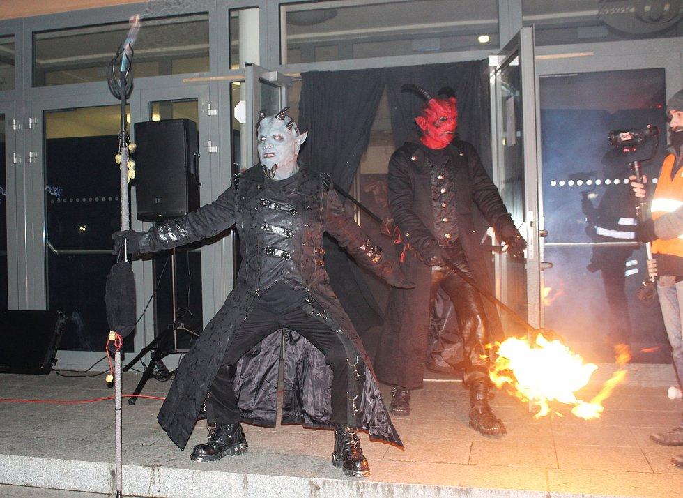 Čertovská krampus show v centru Orlové brala v neděli dech.