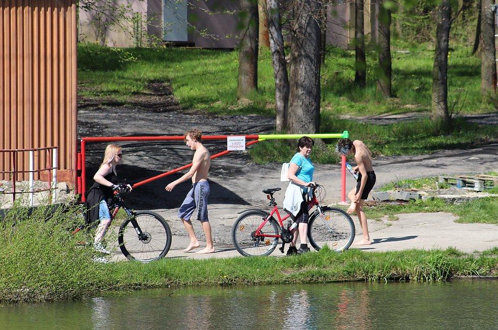 Lidé si užívali skoro letní počasí a houfně vyrazili l vodě. Pláže Těrlické i Žermanické přehrady byly v obležení cyklistů, ale i pěších se psy či rodinami s dětmi. 9. května 2021.