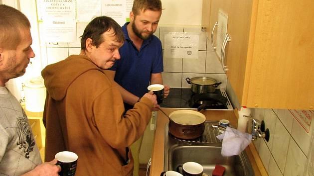 Bezdomovce v zimě zahřejí a zasytí polévky, které jim vaří ADRA.