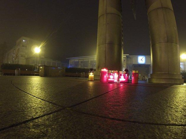 Lidé k připomenutí 17. listopadu zapálili svíčky u havířovského kyvadla.