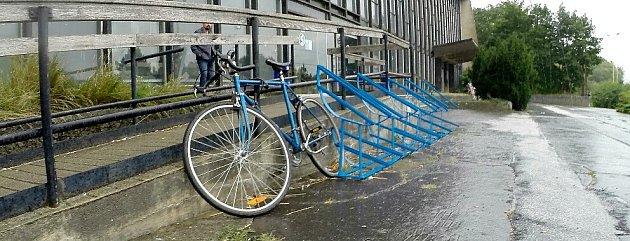 Kola si cyklisté raději přivazují kzábradlí, než aby si je dali do stojanu.
