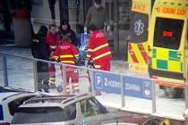 Záchranáři oživovali muže před obchodním domem v centru Havířově.
