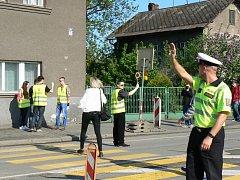 V Českém Těšíně proběhlo za přítomnosti policistů školení dobrovolníků, kteří budou hlídkovat na provizorním přechodu pro chodce v jablunkovské ulici. Provizorium si vyžádala oprava českotěšínského vlakového nádraží.