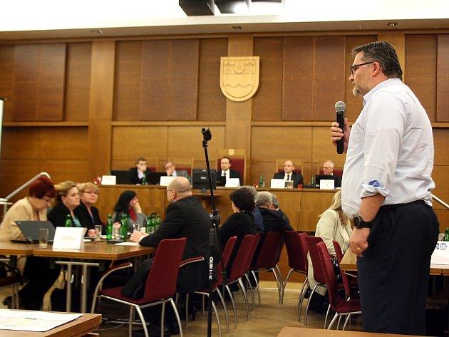 Jednatel MRA Róbert Masarovič v průběhu zasedání zastupitelstva.