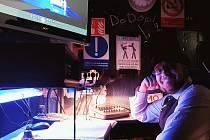 Dominik Grácz (pro herce Dodo) na pracovišti inspicienta a vkostýmu zpřipravené Dickensovy hry Vánoční koleda. Odtud sleduje a řídí každé představení České scény.
