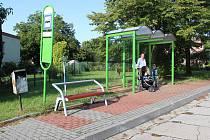 Některé autobusové zastávky v Havířově dostaly nové čekárny s lavičkami. Zastávka v Dolních Datyních.