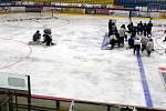 Led kluziště na zimním stadionu v Havířově se nepodařil. Místo bělostného podkladu jsou na něm nepřehlédnutelné fleky.