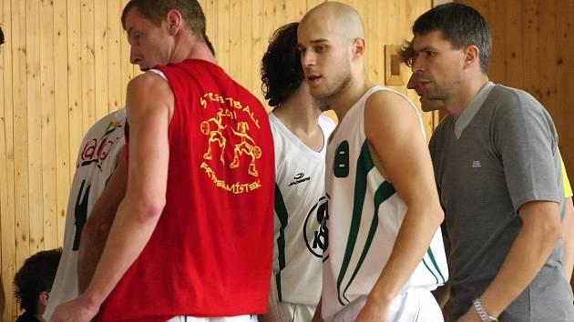 Trenér Vítek (vpravo) a jeho svěřenci si prodloužili sezonu.