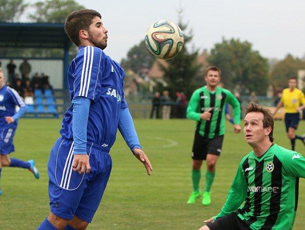 Petrovická Lokomotiva (vmodrém) prohrála doma vsouboji předních týmů divize sPetřkovicemi.