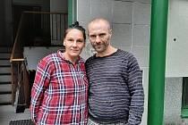 Alžbětě H. a Romanu Š. odebral OSPOD osmidenní dítě, a to za asistence policie. Policisté při zákroku proti rodičům použili násilí.