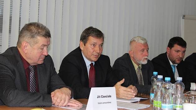 Snímek z jednání ministra průmyslu Tomáše Hünera (druhý zleva) s vedením OKD