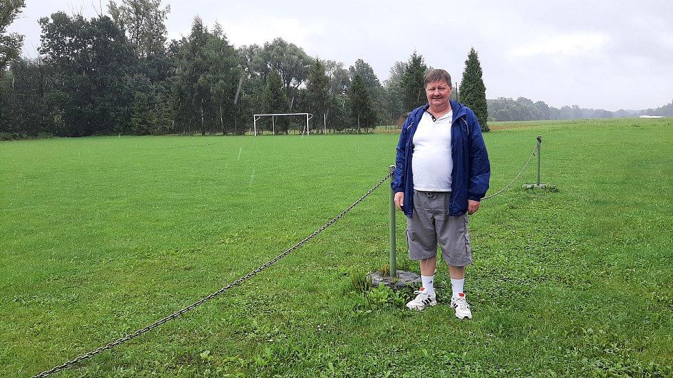 Karviná-Louky. Fotbalový areál TJ Lokomotiva Louky. Sekretář klubu Eduard Muryc.