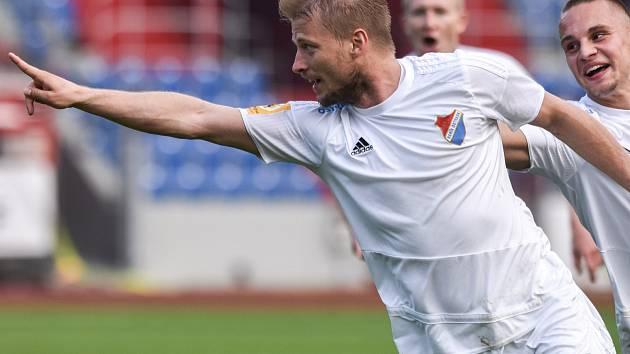 Tomáš Mičola si zahraje divizi.