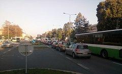 Kolona na Hlavní třídě v centru Havířova, v křižovatce u KD Petra Bezruče.