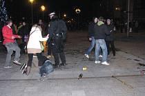 Oslavy příchodu roku 2013 v Havířově. Proti některým výtržníkům museli zasáhnout policisté.