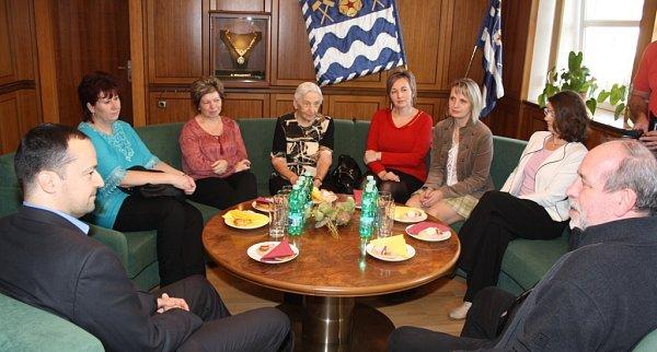 Úspěšným pracovníkům a také obyvatelce Domova seniorů Helios poděkoval primátor Havířova Daniel Pawlas (vlevo).