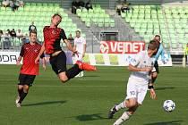 Karvinští fotbalisté (v bílém) si v domácím poháru poradili s Prostějovem až po prodloužení.