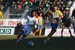 Karvinští fotbalisté (vlevo Adriel Ba Loua) by měli dostat výjimku pro dohrání ligy.