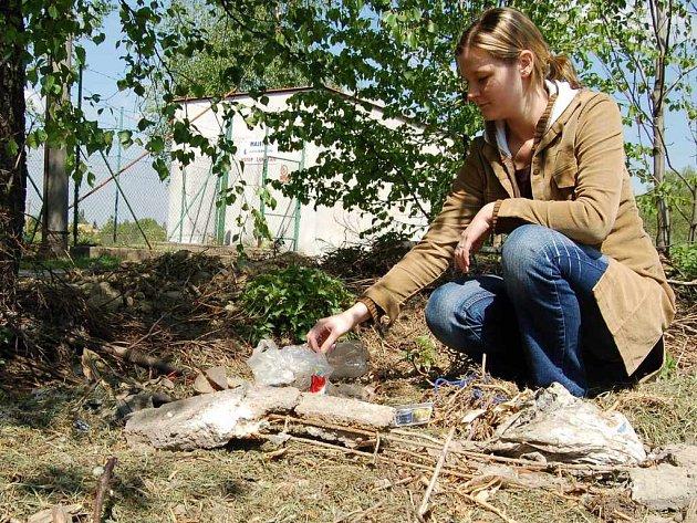 Redaktorky Karvinského deníku se přesvědčily, že na skládce není jen kompost, ale i sklo, plasty a zbytkový stavební materiál včetně zrezivělých kousků. Na snímku vzadu je stanice s léčivou vodou.