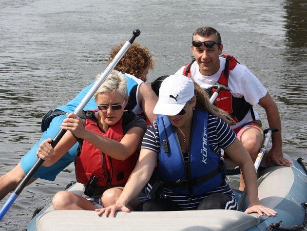 V Bohumíně se v sobotu na Odru vydala asi stovka vodáků z Česka i Polska, aby společně otevřeli letošní vodáckou sezonu. Na kánoích a raftech se vydali na asi sedm kilometrů dlouhou plavbu do polského Zabelkowa.