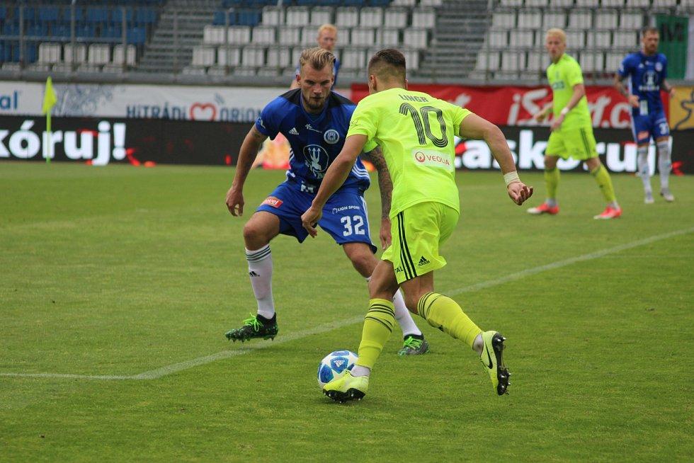 Karvinští fotbalisté (v zeleném) uhráli bod na Hané.