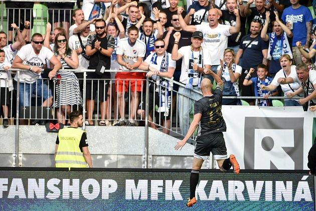 Slezské derby mezi Karvinou (vbílém) a Baníkem Ostrava.