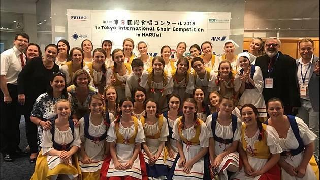 Členky pěveckého sboru Permoník po soutěži a vyhlášení výsledků na soutěži v Tokiu.