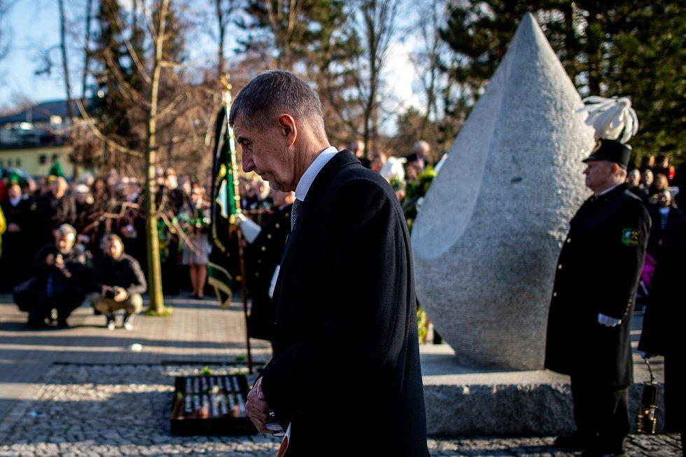 Ve Stonavě se konal pietní akt k uctění památky 13 horníků, kteří před rokem zahynuli v Dole ČSM-Sever při výbuchu metanu. Památku havířů připomíná v centru obce žulový monument ve tvaru slzy, 20. prosince 2019. Na snímku premiér Andrej Babiš.