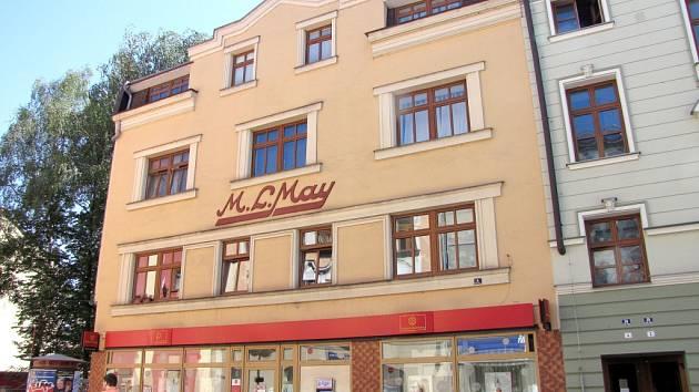 Pohled na budovu s nápisem M. L. May v Českém Těšíně.