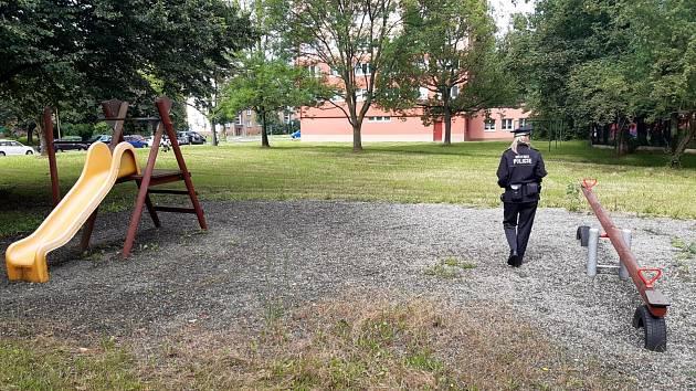 Městská policie v Havířově opět čistí pískoviště od stříkaček.