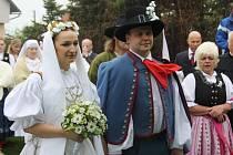 Pravá slezská svatba proběhla v sobotu dopoledne v Koňákově v Českém Těšíně. Novomanželé, stejně stejně jako většina hostů, přišli v lidových krojích. K obřadu hrála cimbálová muzika.