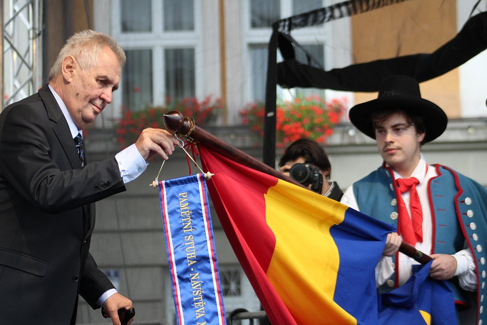 Prezident Miloš Zeman při návštěvě Českého Těšína z pódia mluvil k lidem na náměstí.