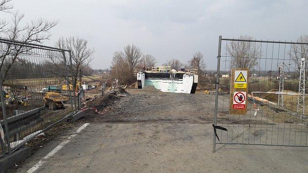 Na nyní uzavřené silnici z Dětmarovic do Závady finišuje rekonstrukce silničního nadjezdu nad železniční tratí.